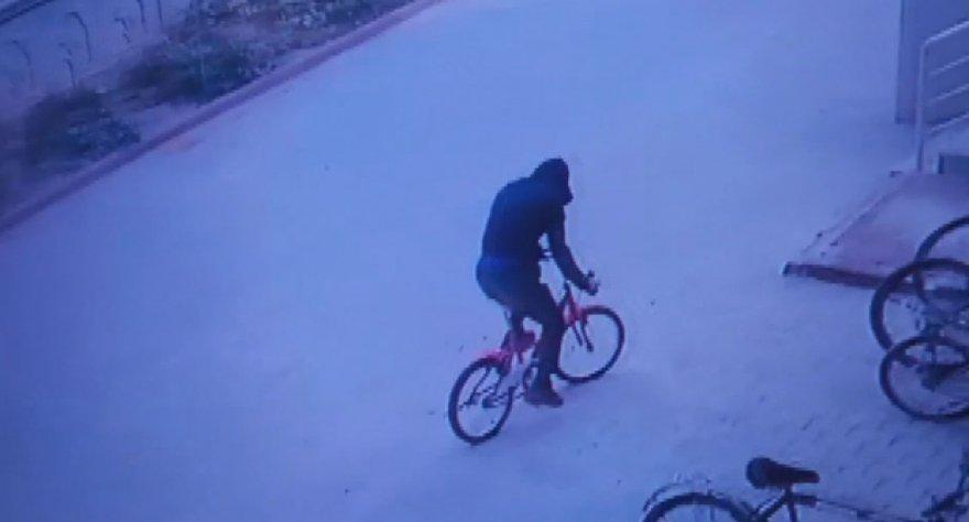 once-lastikleri-kontrol-etti-sonra-bisikleti-caldi_1992_dhaphoto8.jpg