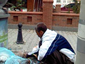 Karnını çöpten doyuran evsiz adam
